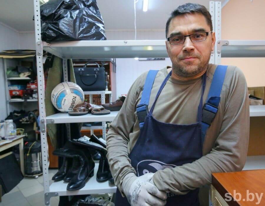 Ремесленник открыл мастерскую по ремонту обуви в Беларуси.