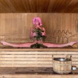 Анастасия Волочкова показала новогодний шпагат в бане.