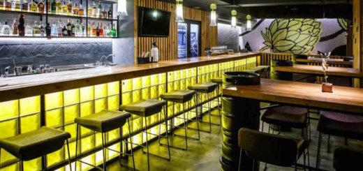 Минские бары, чтобы пережить трудные времена, стали выпускать фирменные майки