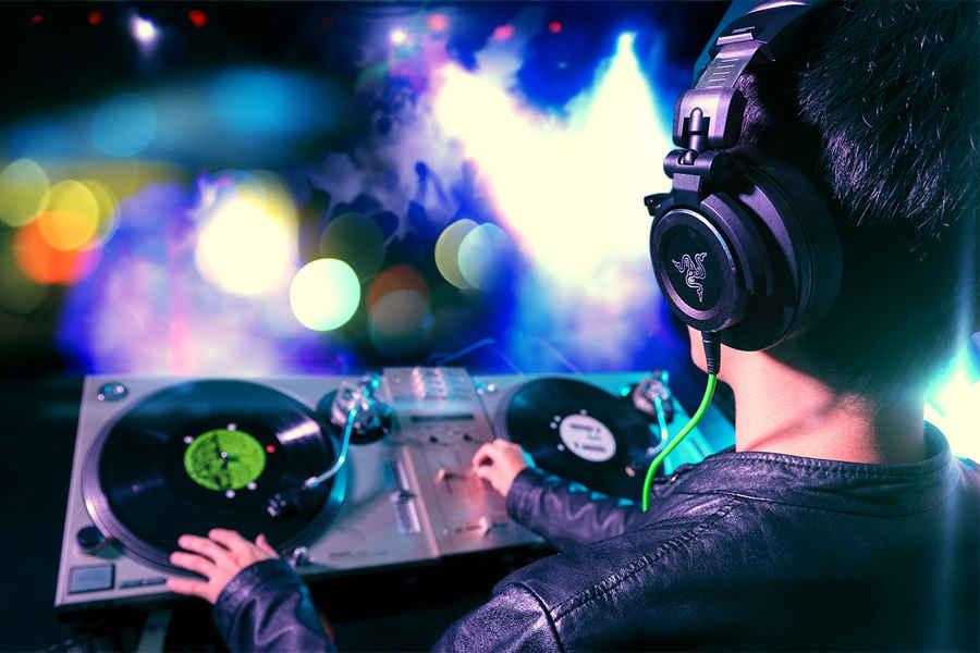 Прогнозы сбылись - дискотеки переходят в онлайн. Крутить музыку будет слуцкий диджей Стас Гусев