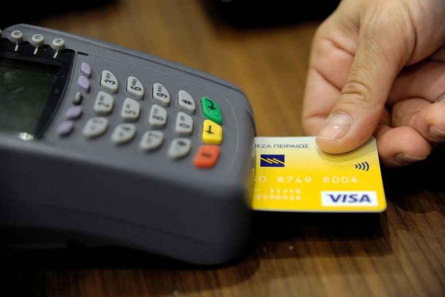 В кассах магазинов и организаций сервиса разрешили снимать наличные с карточек. Но есть нюансы