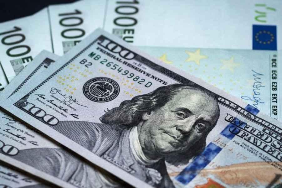 Доллар и евро резко подорожали на первых торгах мая