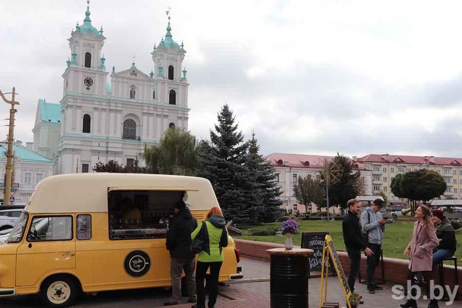 Кофейня на колесах прямо на площади Советская возле Фарного костела.