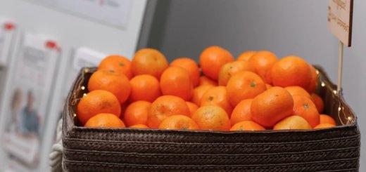 Банк Дабрабыт бесплатно угощает мандаринами в своих минских отделениях